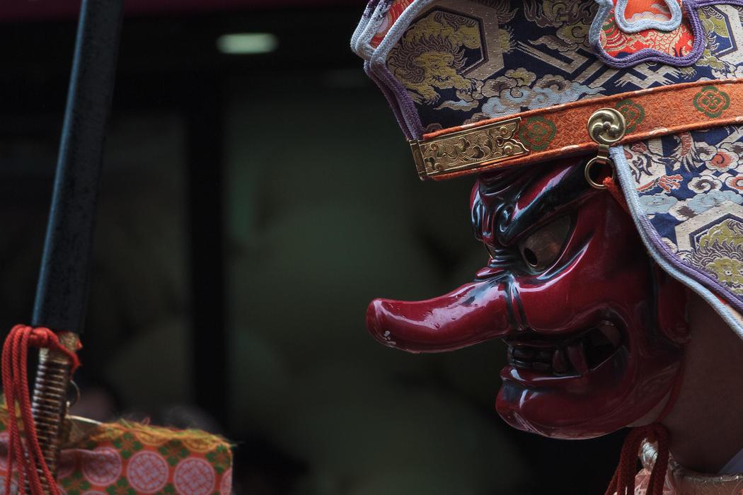 Un sacerdote lleva una máscara de demonio en el Kanamara Matsuri