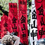 La gente se amontona alrededor de los templos durante el Kanamara Matsuri