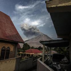 Las increíbles erupciones del Monte Sinabung en Indonesia
