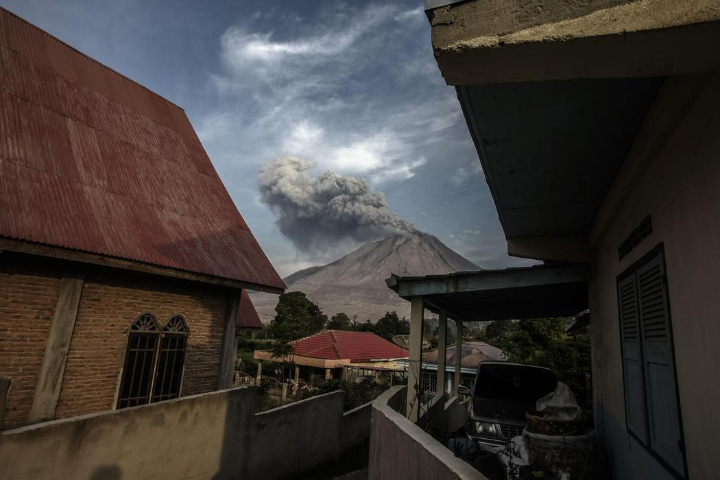 El Monte Sinabung ruge