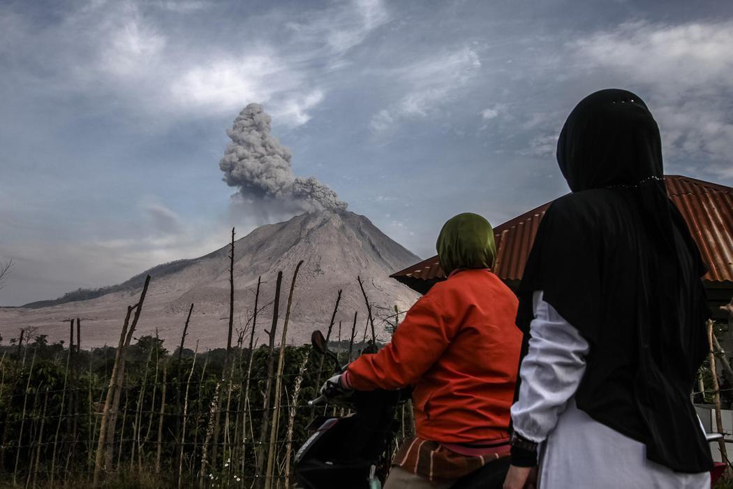 Dos testigos de la erupción del Sinabung