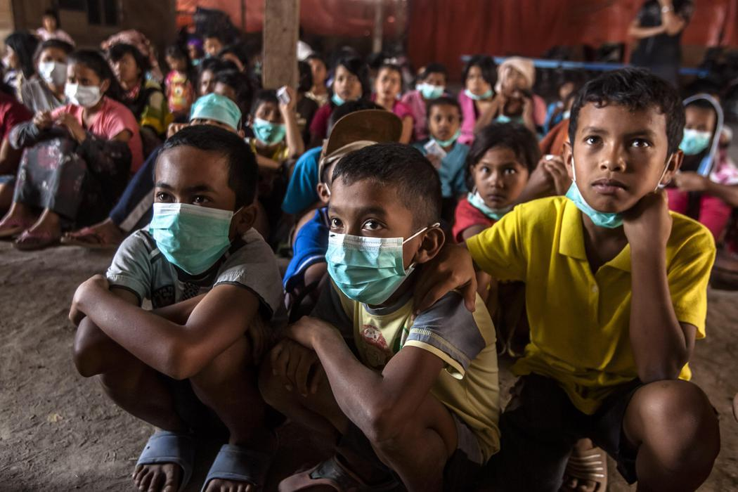 Colegios llenos de niños con máscaras