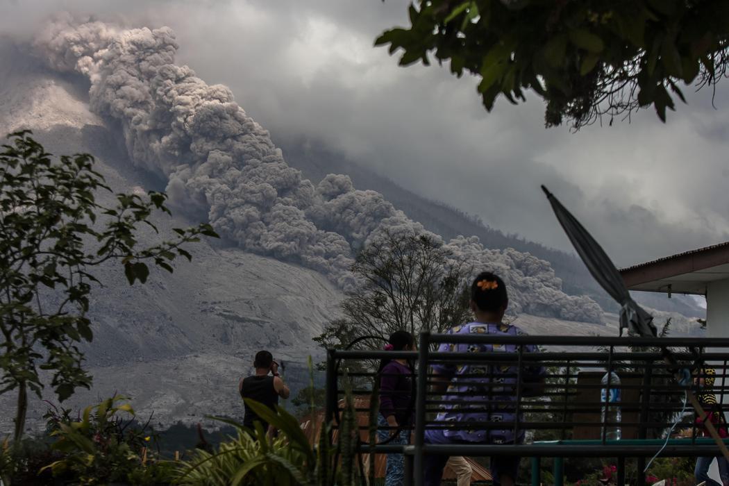 Gamber amanece con la erupción del volcán