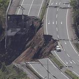 Carreteras completamente derruidas en Minami, Japón