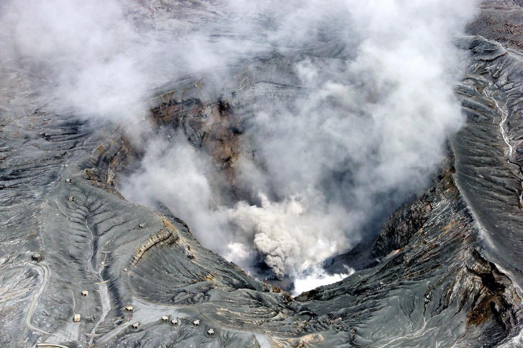 El volcán del Monte Aso, en erupción tras el terremoto