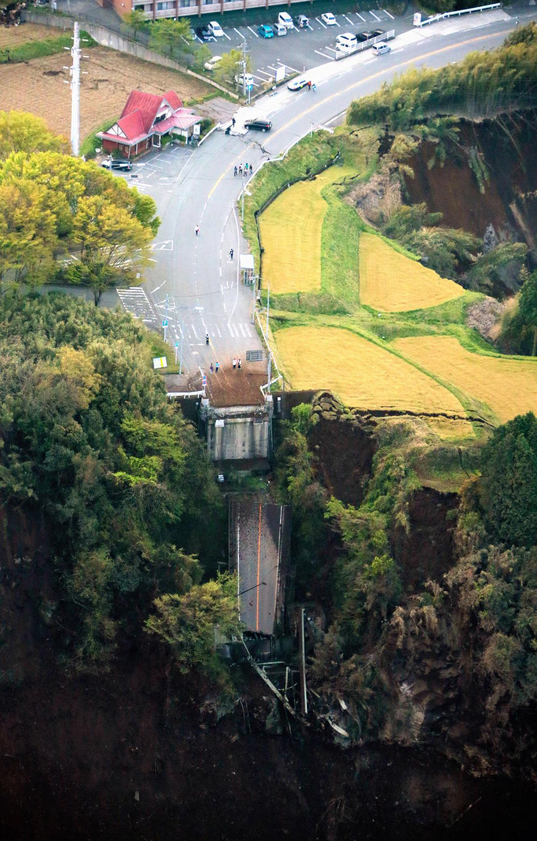 Una carretera tragada por la tierra