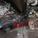 Un poste eléctrico destroza un coche