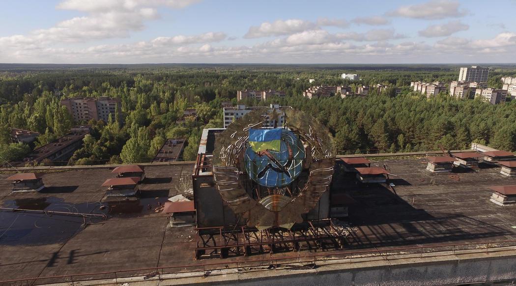 Un escudo de la Ucrania soviética se mantiene en uno de los edificios públicos de Pripyat