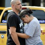 El DJ del club Pulse de Orlando,Ray Rivera, es consolado tras el tirotero