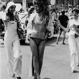 Un manifestante vestido de mujer en Chicago