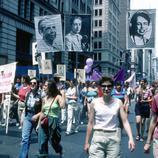 Un grupo de mujeres rinde homenaje a lesbianas importantes para la Historia