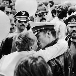Dos hombres se besan en el Orgullo de París de 1982