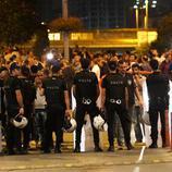 La policía impide el paso al aeropuerto de Atatürk