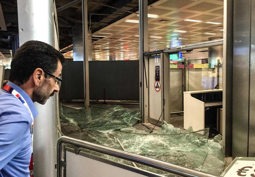 La entrada a Atatürk, destrozada tras las explosiones terroristas