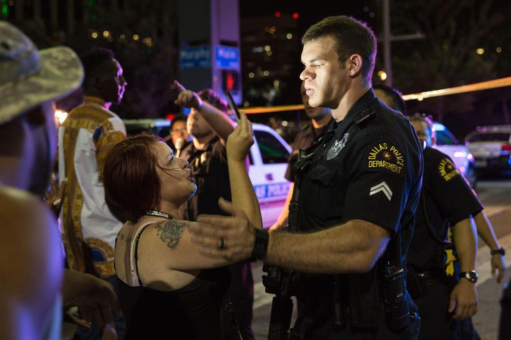 Los agentes tratan de calmar a la multitud de Dallas