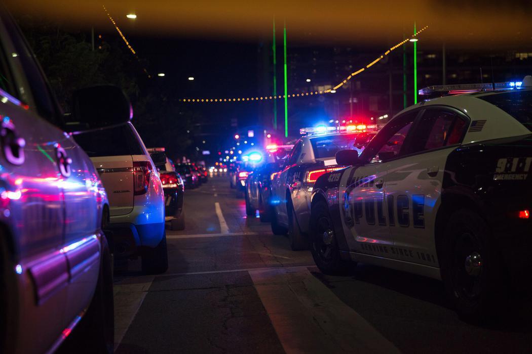Las autoridades acuden al tiroteo producido contra los agentes