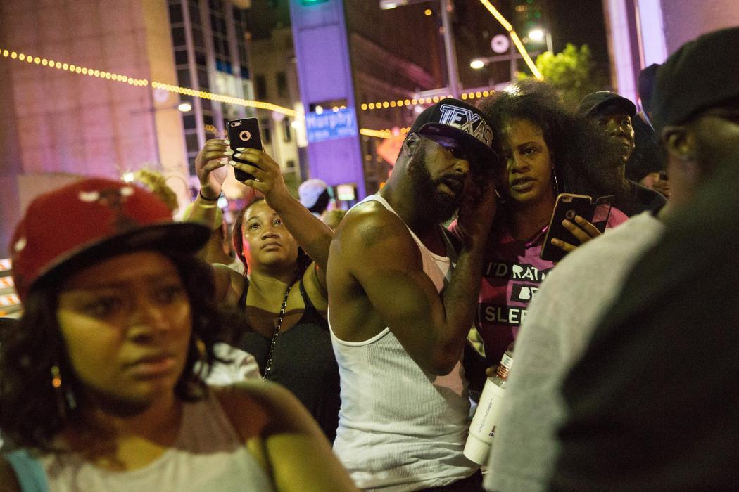 La multitud se concentra tras los disparos