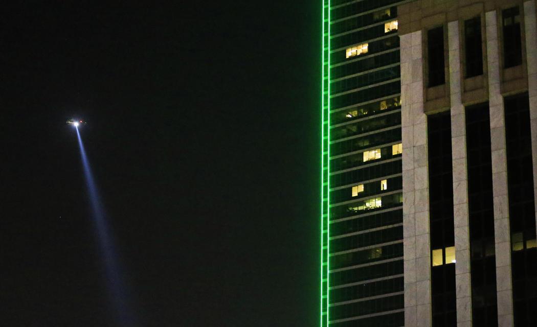 Un helicóptero sobrevuela las calles de Dallas