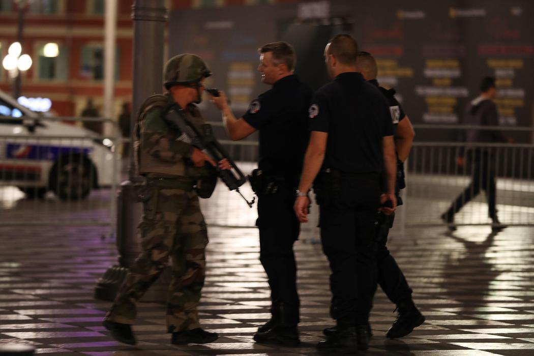Policía y militares toman las calles de Niza