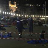 Los oficiales controlan el paseo marítimo de Niza