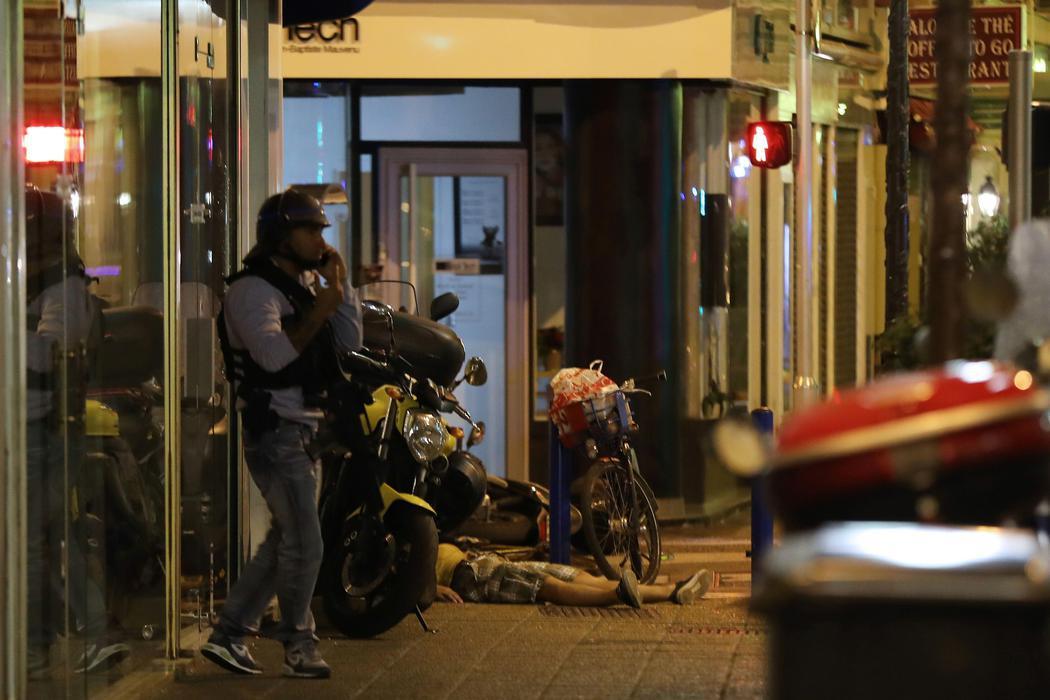 Los cuerpos inertes de las víctimas ocupan las calles de Niza