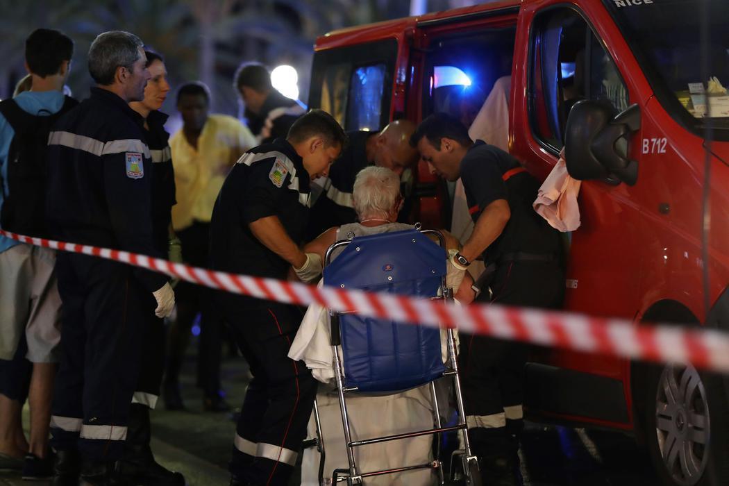 Los equipos de emergencia asisten a una anciana herida