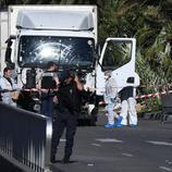 Los forenses examinan el camión del atentado de Niza