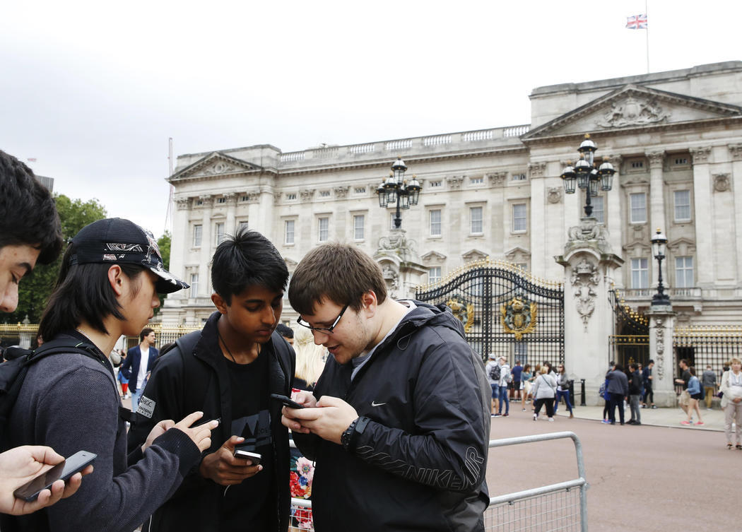 Cazando Pokémons delante de Buckingham Palace