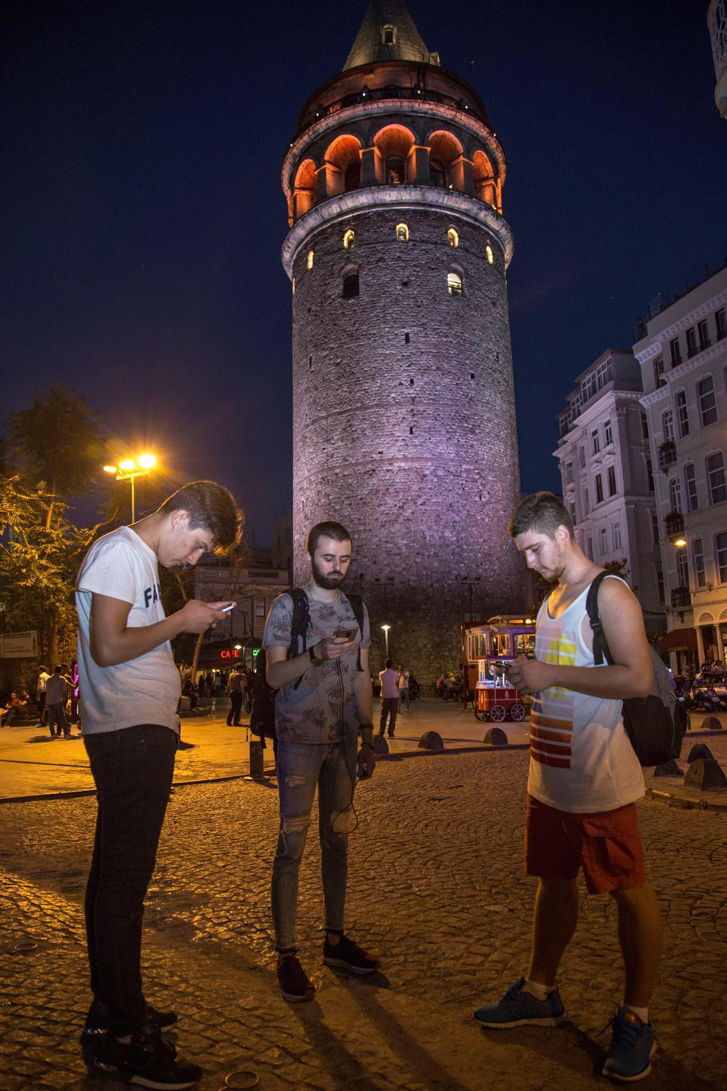 Pokémon Go a los pies de la Torre Galata de Estambul