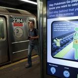 Un aviso en el Metro de Nueva York disuade a los pasajeros de saltar al andén a por Pokémon