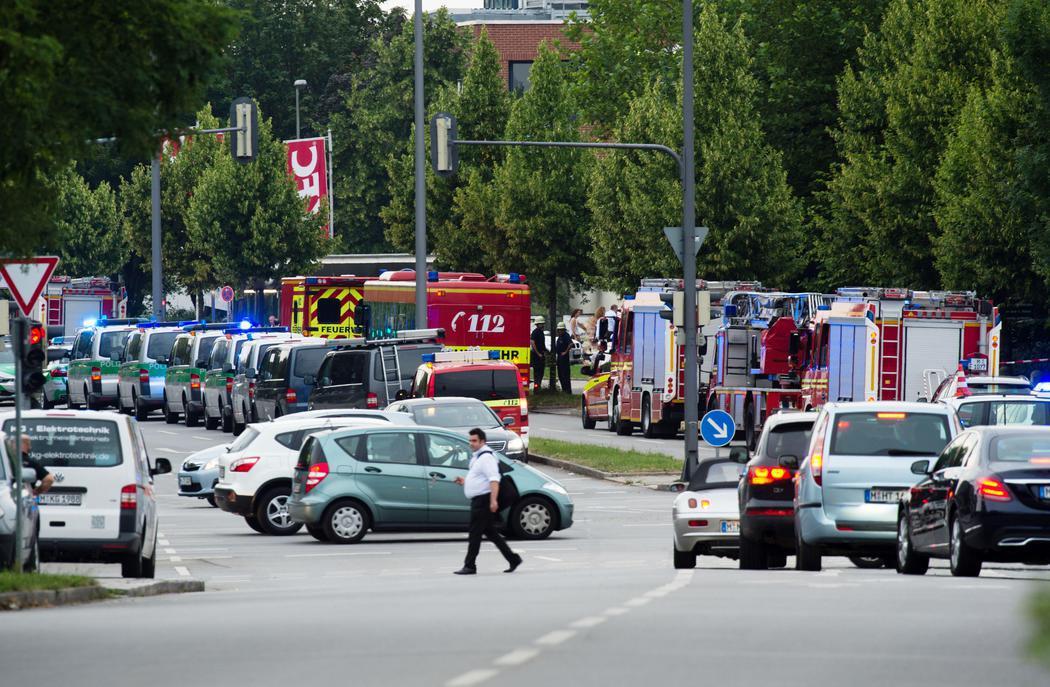 Servicios de emergencia acuden al lugar del tiroteo de Múnich