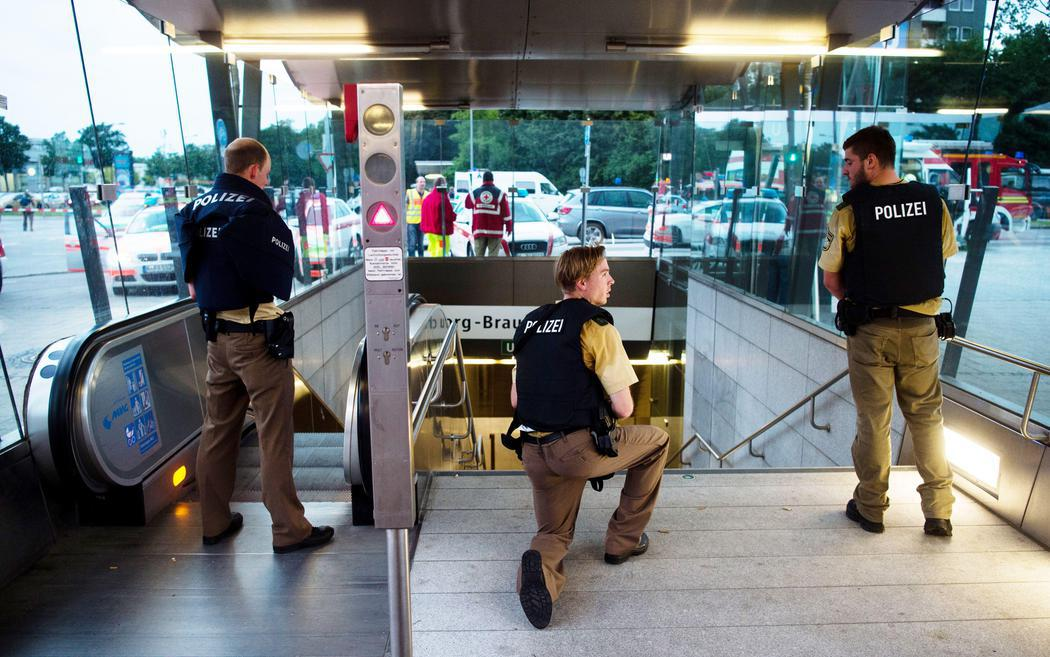 La policía bloquea una entrada de metro cercana al tiroteo