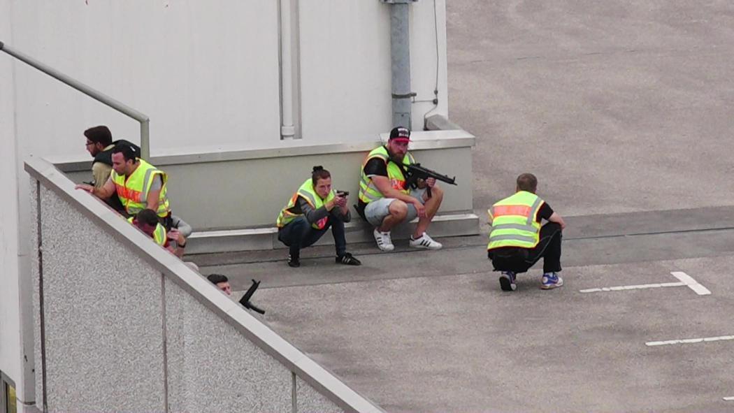 Agentes despliegan un operativo de seguridad en las azoteas del centro comercial