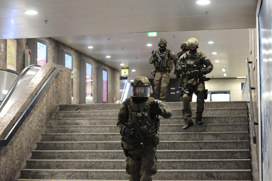 La policía controla el metro alrededor del centro comercial