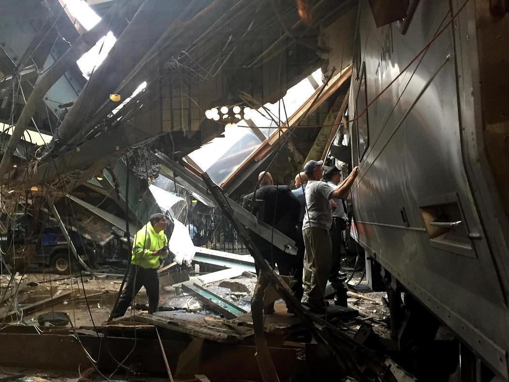 Operarios examinan la estación de Nueva Jersey tras el accidente
