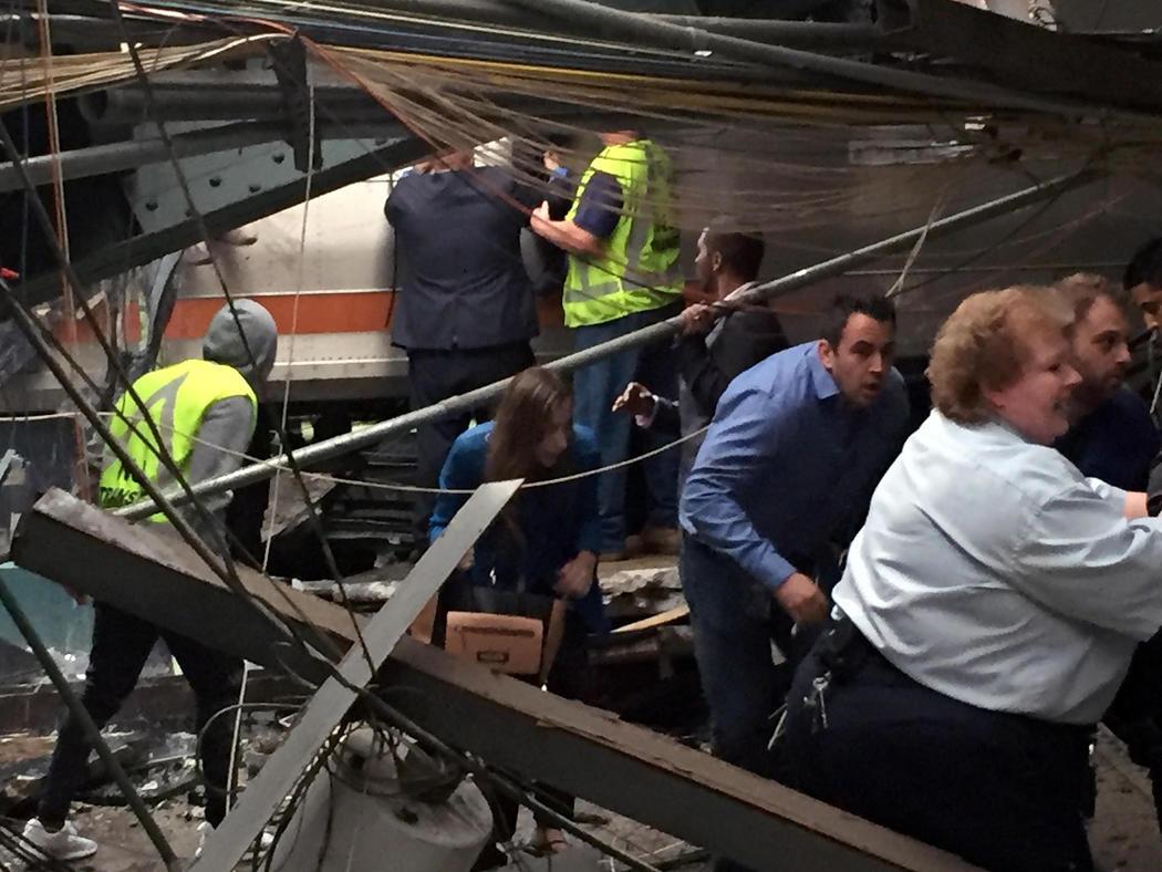 Las víctimas del accidente salen del tren de Nueva Jersey