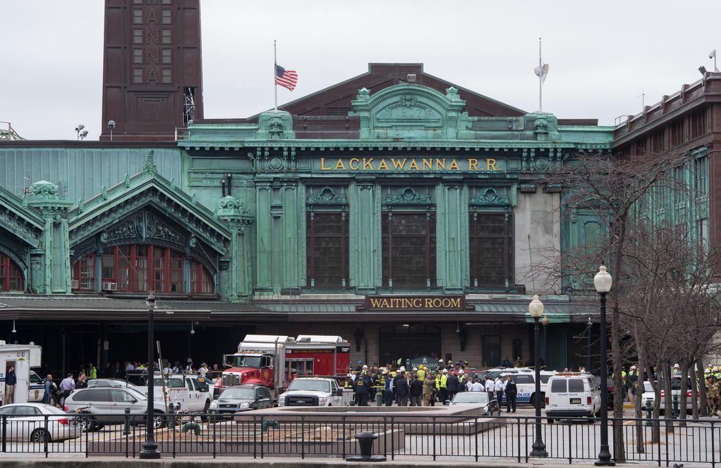 Los equipos de emergencia acuden a la estación de Nueva Jersey
