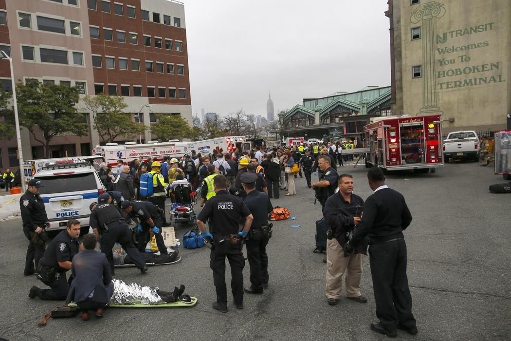 Policía y ambulancias atienden a los heridos de la estación de Hoboken