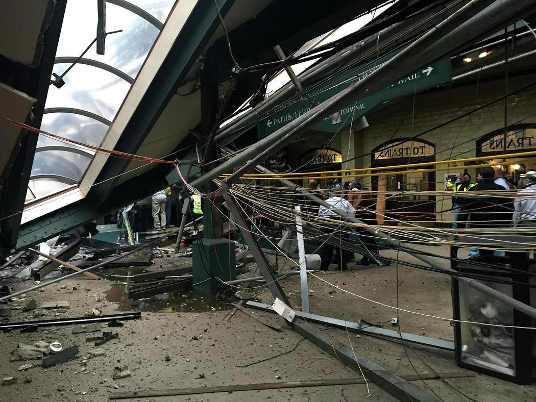 El interior de la estación de Hoboken, destrozado tras el accidente de un tren