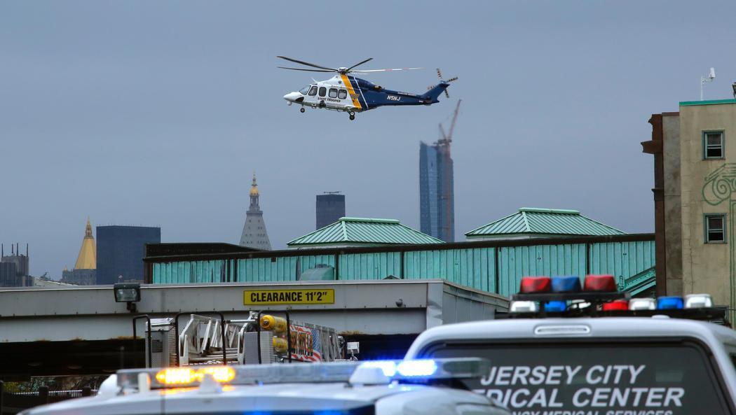 Un helicóptero de emergencia acude a la estación de Nueva Jersey