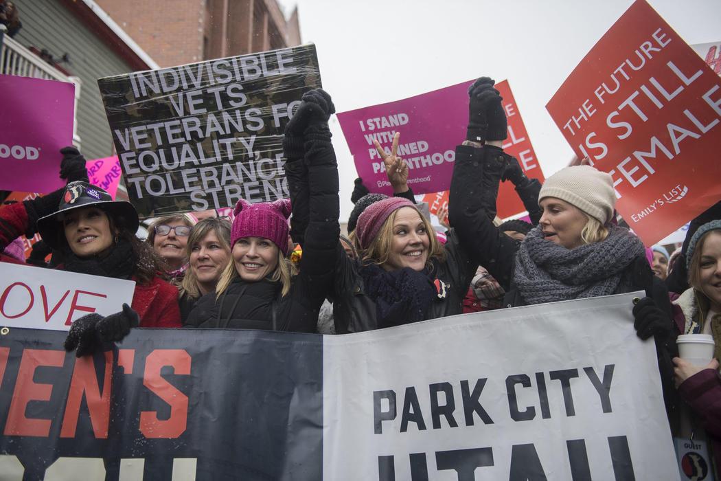 Charlize Theron en la Women's March durante el Festival de Sundance