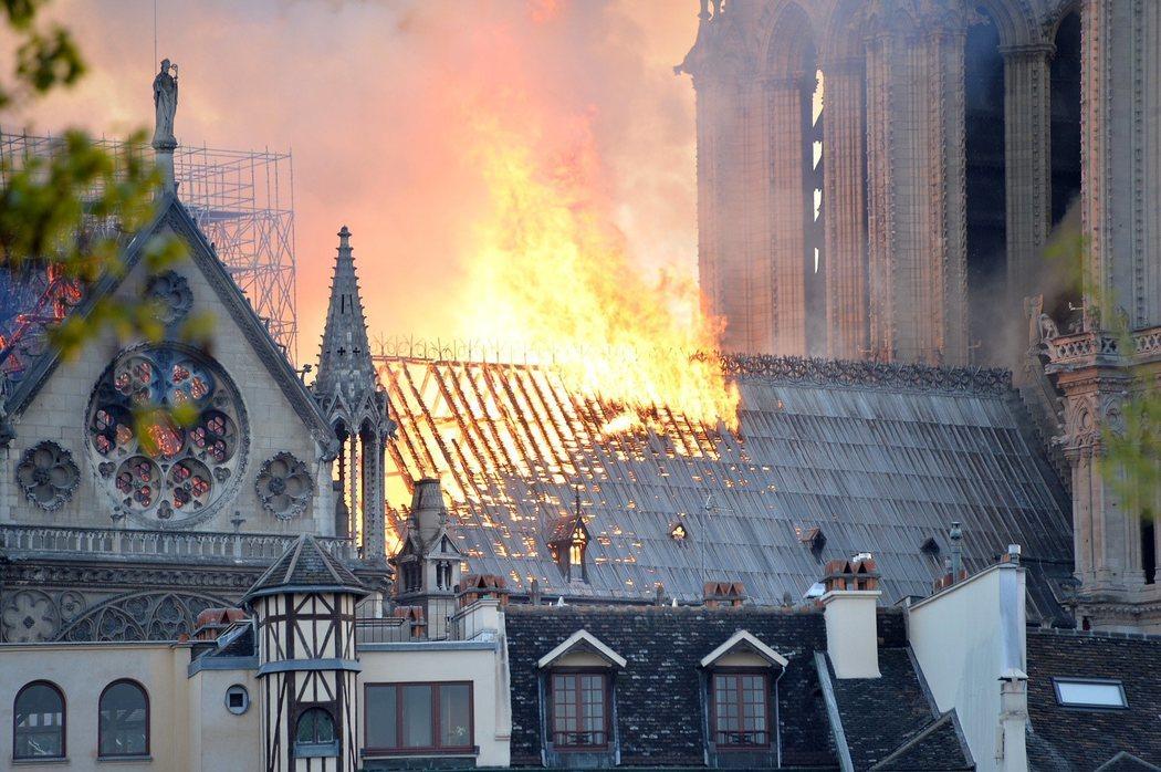 El incendio de Notre Dame devoró los tejados de la catedral