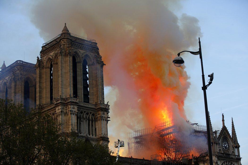 El incendio de Notre Dame se extendió con rapidez