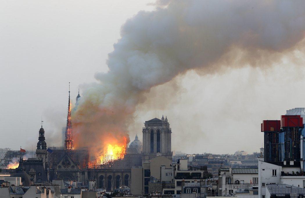 El incendio de Notre Dame tiñó de ceniza el cielo de París