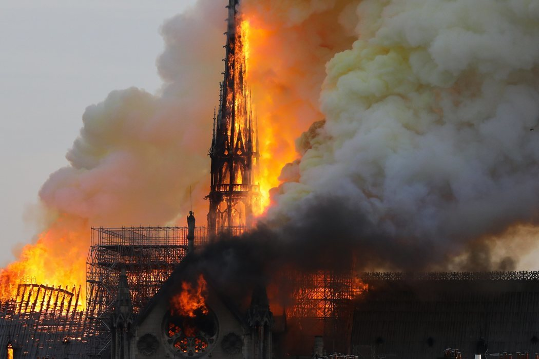 La aguja de Notre Dame, devorada por las llamas