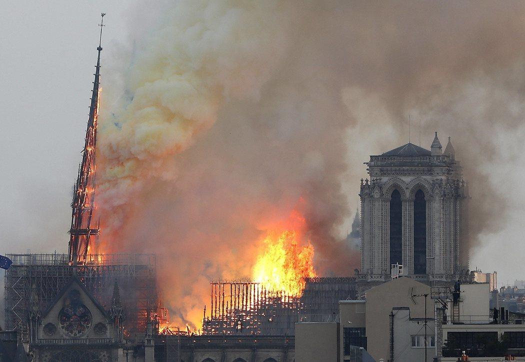La aguja de Notre Dame cede ante las llamas