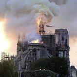 La aguja de Notre Dame cae ante el incendio
