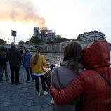 Parisinos y turistas fueron testigos del incendio que asoló Notre Dame