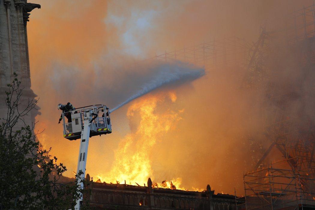 Los bomberos sofocan las llamas del incendio de Notre Dame
