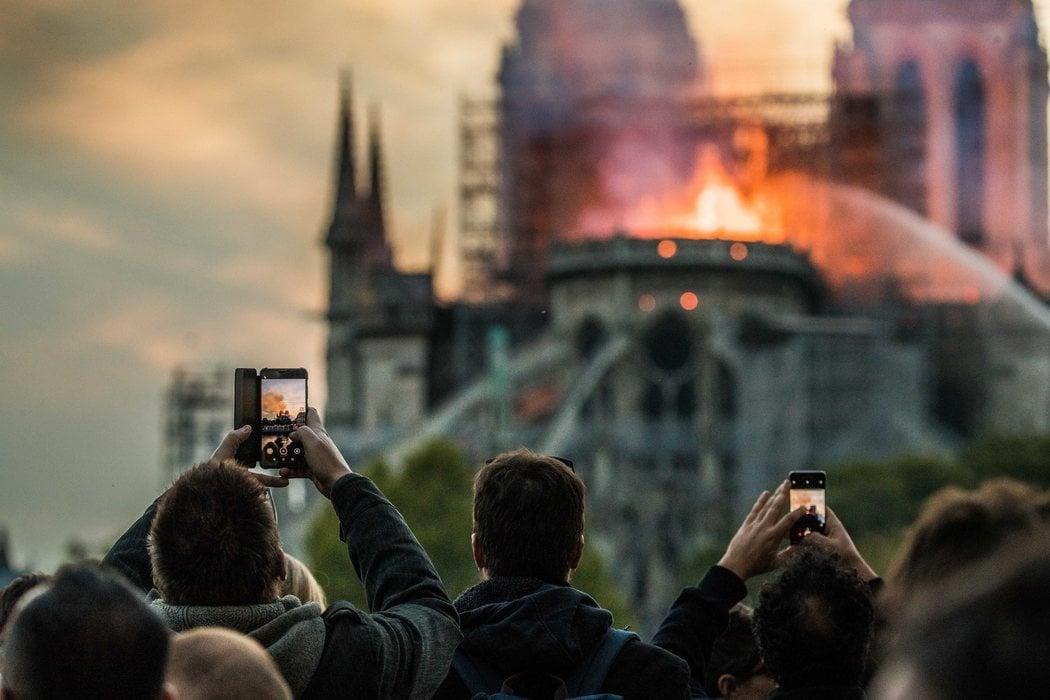 Los testigos del incendio de Notre Dame grabaron sus móviles la tragedia